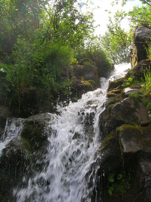 vodopad-smotrich-vuhatui-kamen